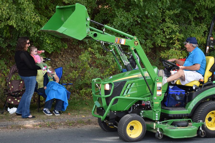 DSC_4132-tractor-parade-cheering-on-grandpa